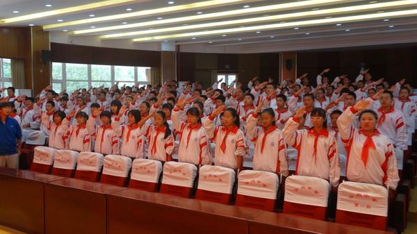 少先队员行队礼-首都师范大学附属云岗中学举行少先队建队仪式